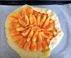 creme d'amandes etalee et abricots